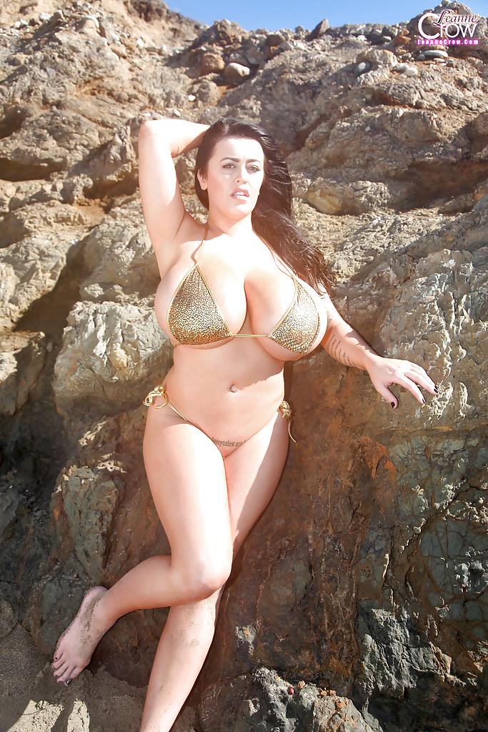 Эротическая знаменитость хвастается огромными сиськами на природе