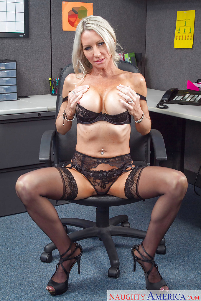 Ухоженная мамаша раздевается в офисе