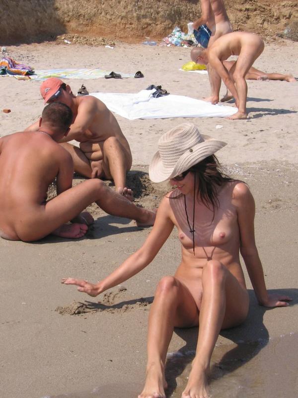 Худенькая проказница отдыхает на нудистском пляже