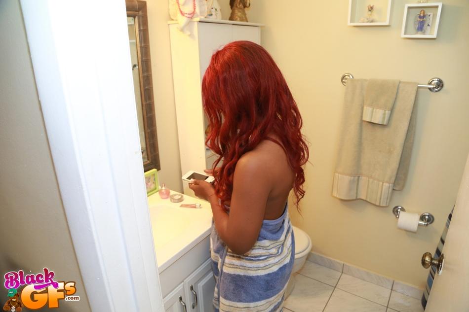 Рыжая негритянка делает селфи сисек в ванной