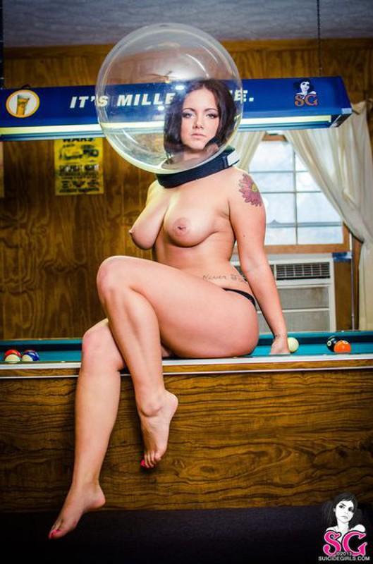 Грудастая космонавтка на бильярдном столе