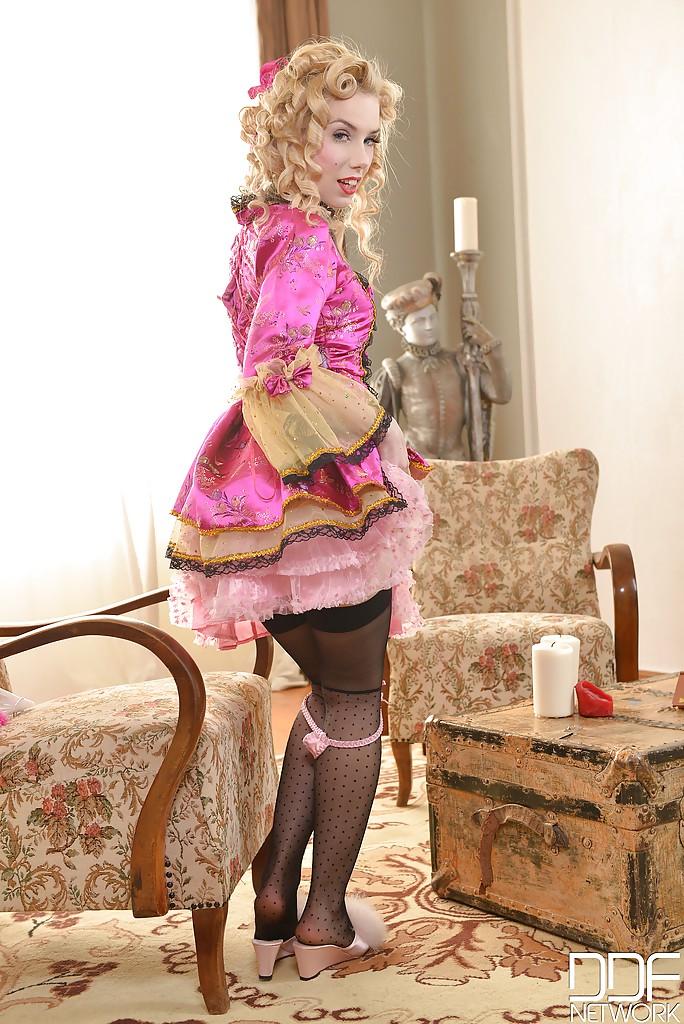 Блондинка в костюме принцессы показала киску