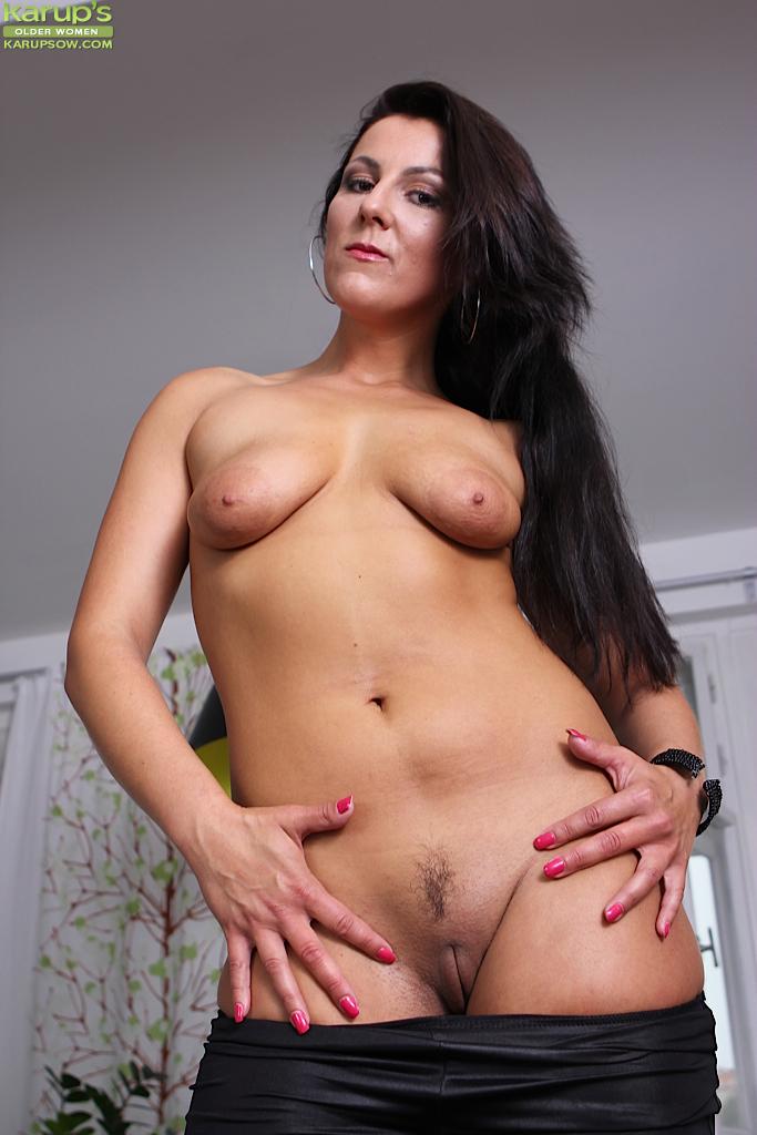 MILF Valentina с обвисшими сиськами и прекрасным телом
