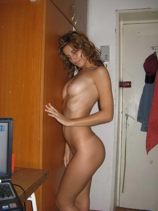 Привлекательная студентка разделась в общежитии