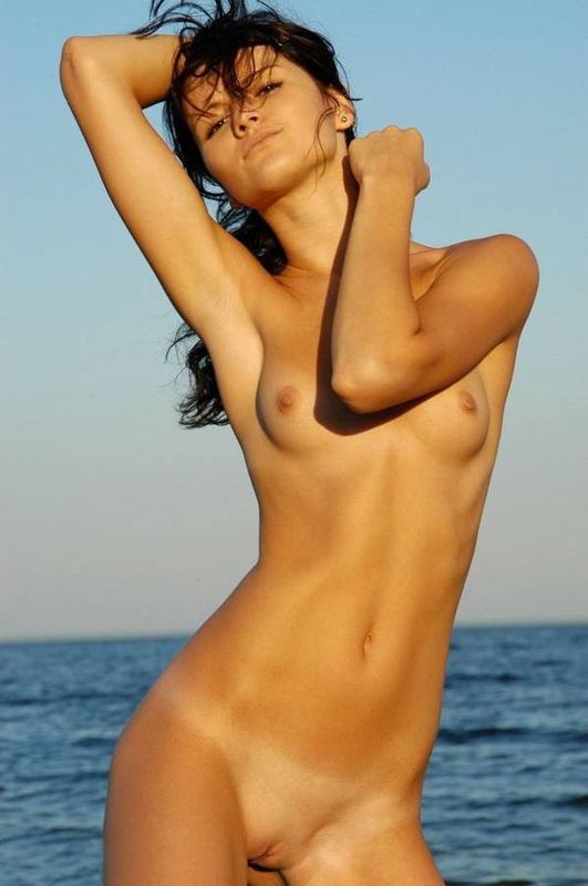 Тощая модель обнажилась на берегу моря