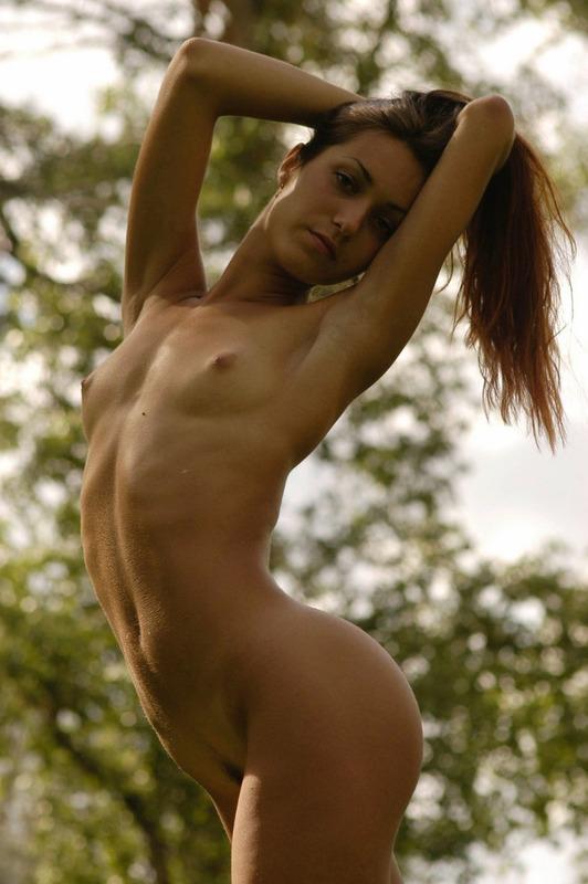 Голая брюнетка проветрила волосатую пилотку в лесу