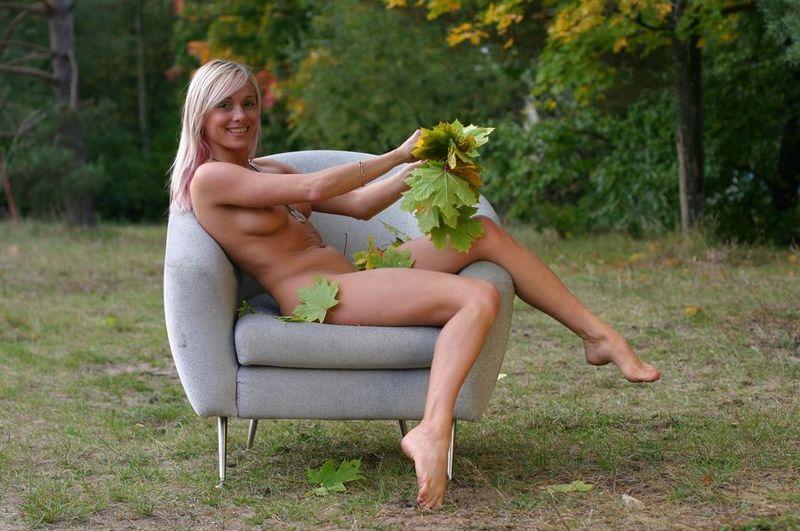 Белокурая гимнастка показывает наготу в осеннем лесу