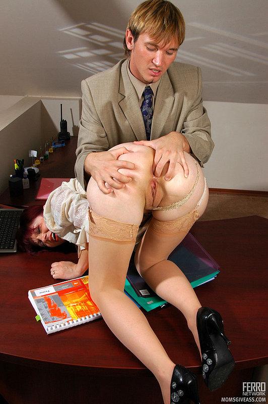 Нерадивая секретарша подставила жопу