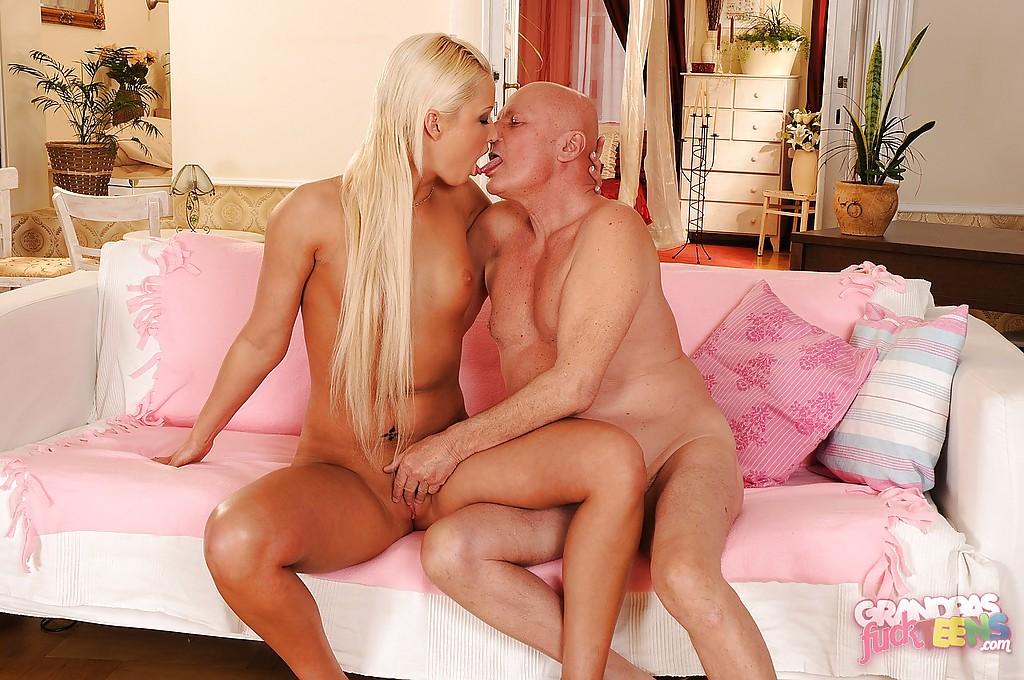 Лысый дед оприходовал интересную блондинку