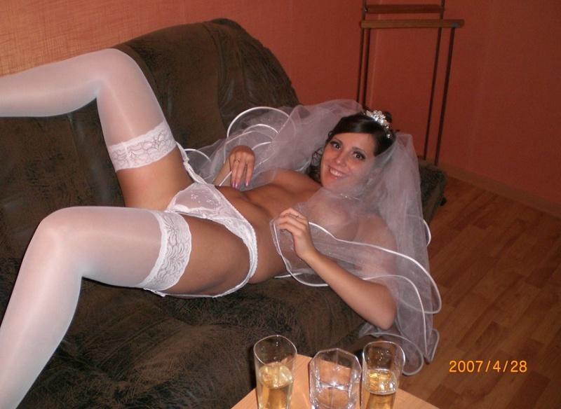 Развратная невеста отставила зад и подставила киску