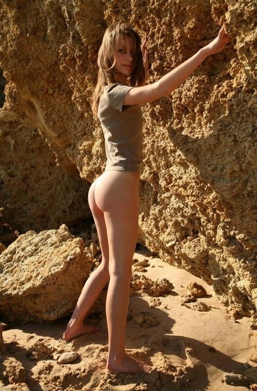 Тощая мамзель голышом загорает на пляже