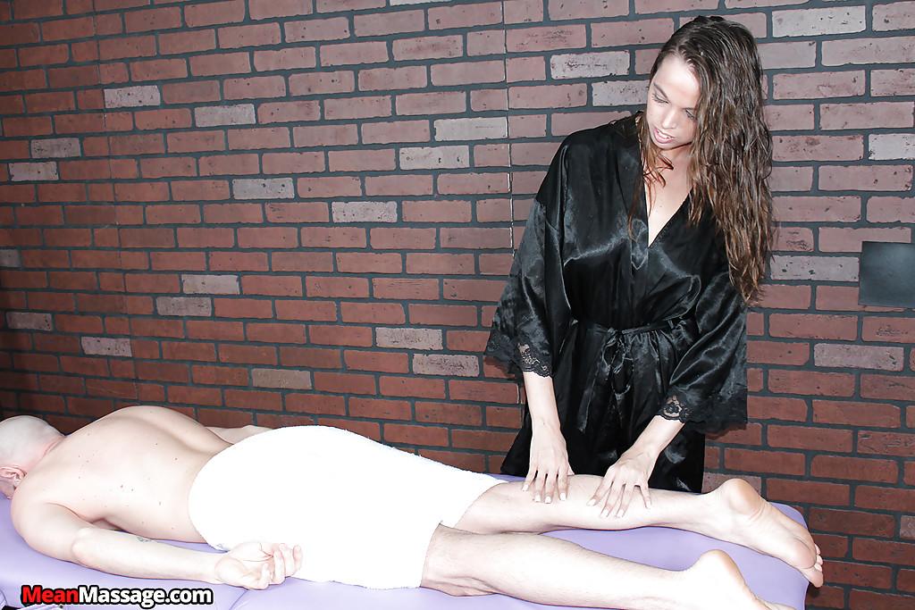 Опытная массажистка решила подрочить симпатичному клиенту