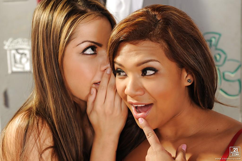 Лесбиянки черлидерши занимаются би сексом в раздевалке