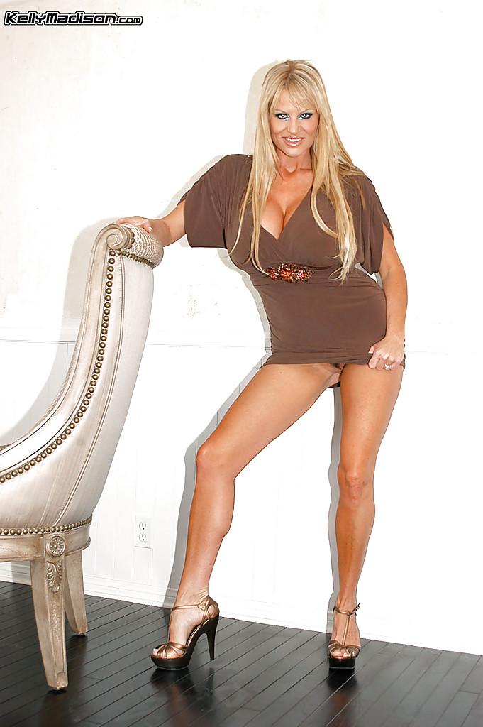 Элегантная блондинка мастурбирует киску секс игрушками