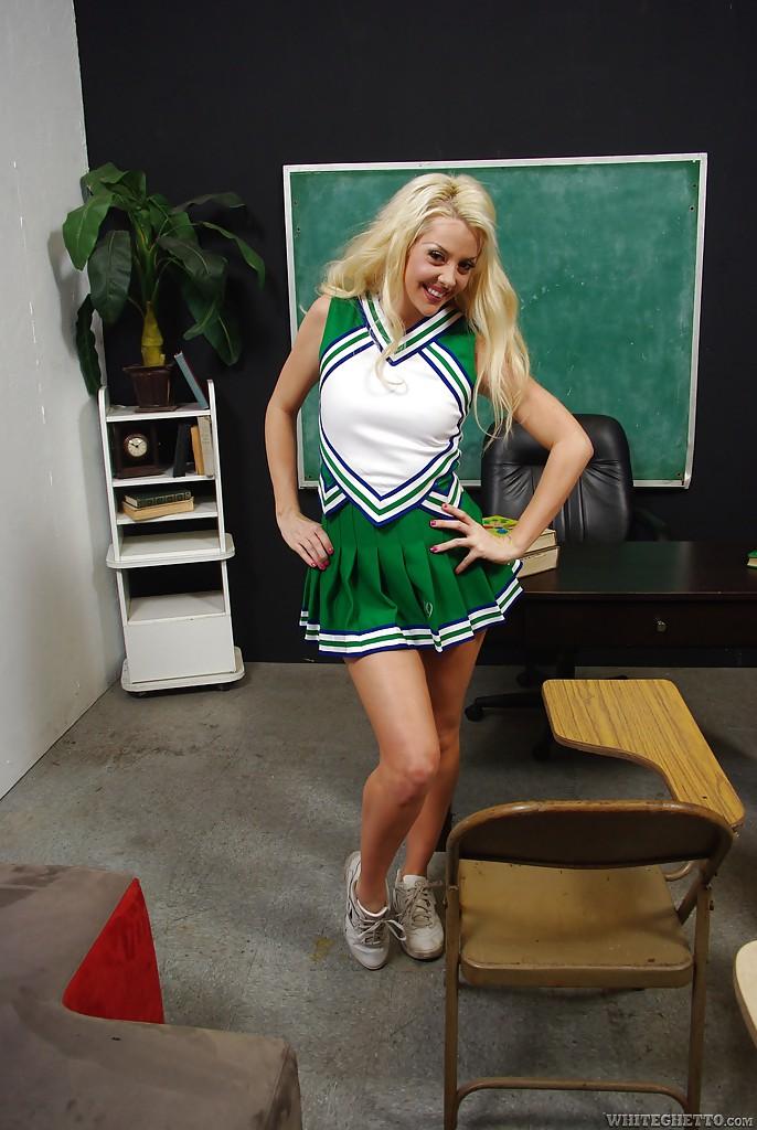 Courtney Taylor в костюме черлидерши решила потискать свою щель