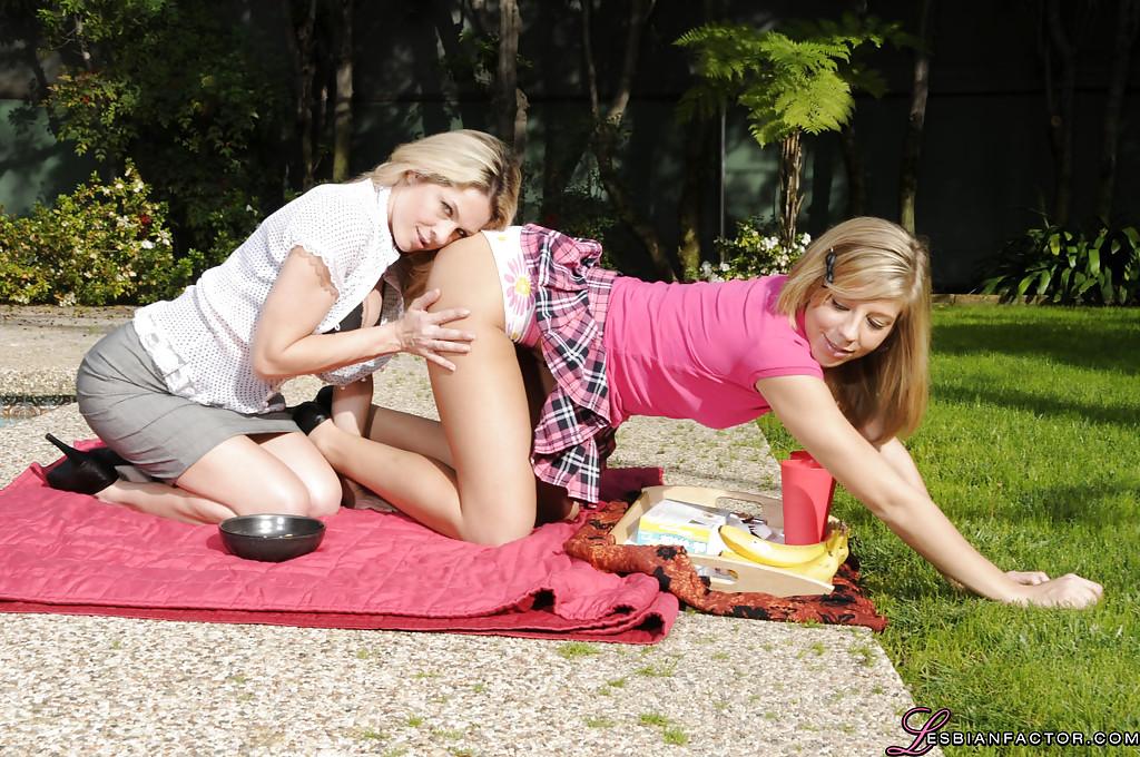 Две лесбиянки выехали на природу чтобы немного пошалить