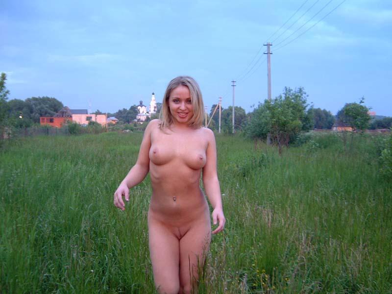 Оголенная блондинка покоряет дачный поселок