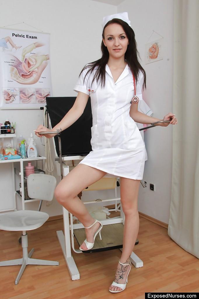 Медсестра дрочит вагину сидя в гинекологическом кресле