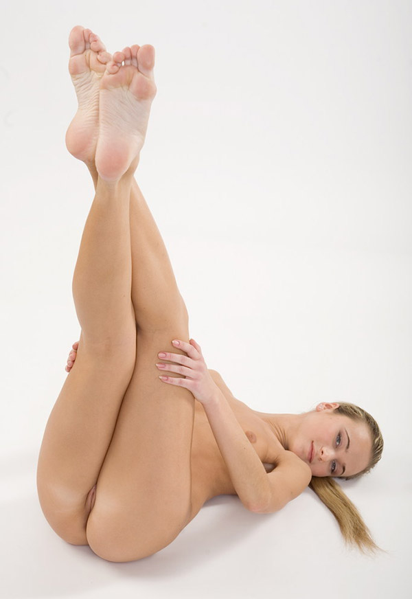 Гимнастка хвастается небольшими дойками и маленькой жопой