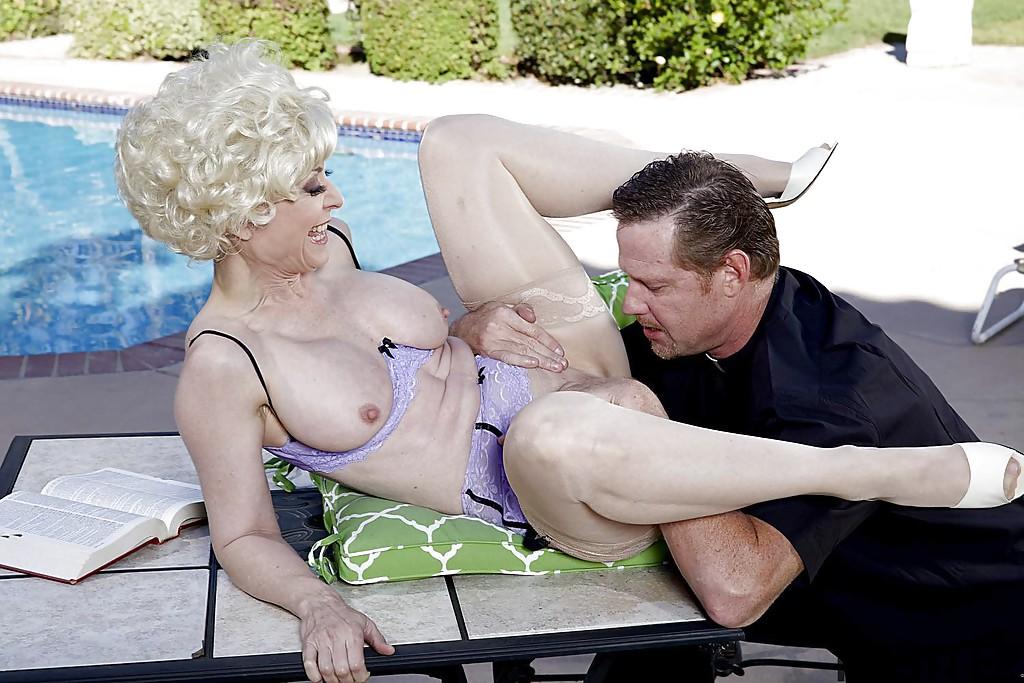 Взрослый мужик и старуха занимаются сексом у бассейна