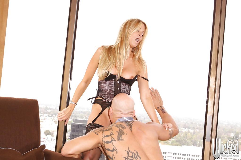 Jessica Drake сосала с завязаными глазами и отдавалась татуированному парню