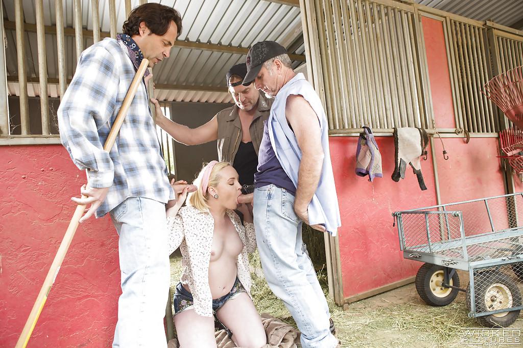 Деревенские парни дали за щеку Miley May и залили ее спермой