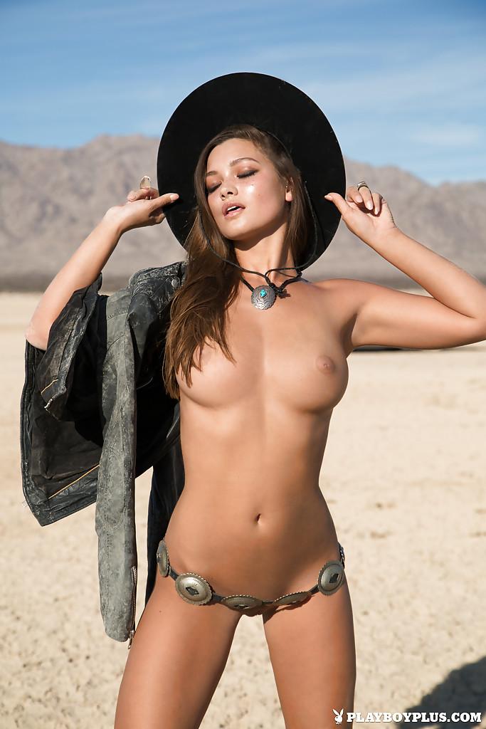 Chelsie Aryn снимается абсолютно голая в безлюдной пустыне