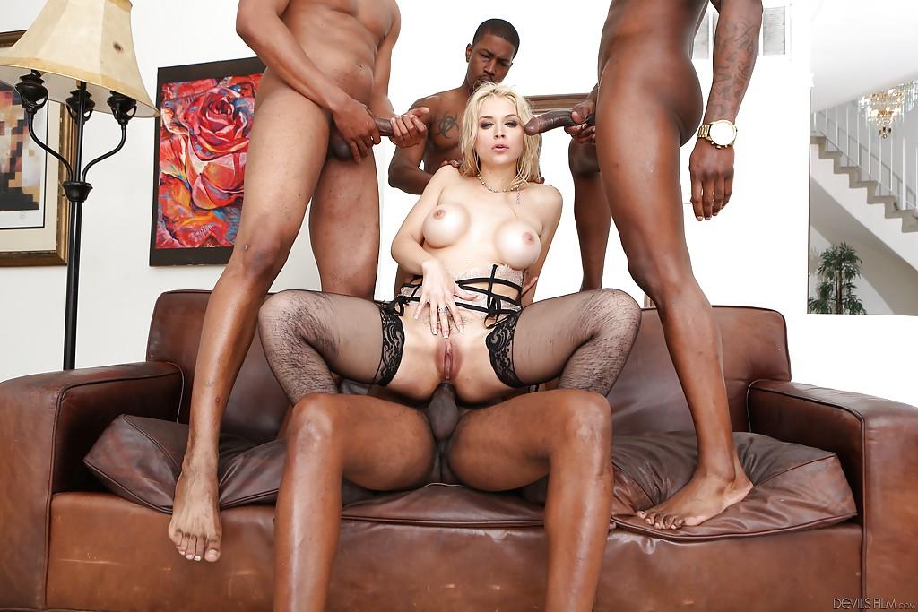 Sarah Vandella без труда обслужила сразу нескольких мужчин