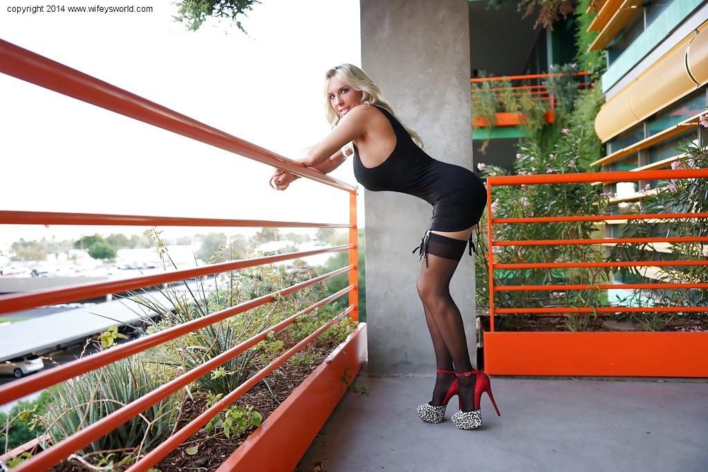 Sandra Otterson на балконе демострирует пышные буфера