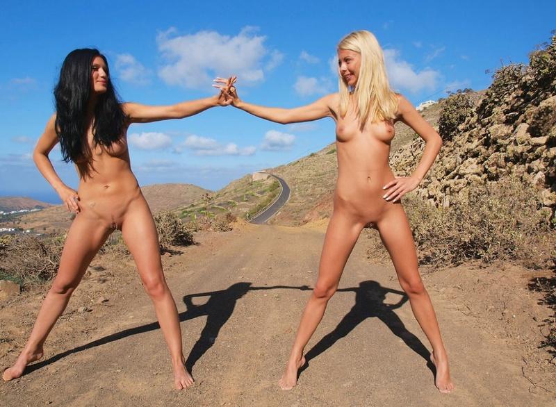 Голые подружки развлекаются в пустыне
