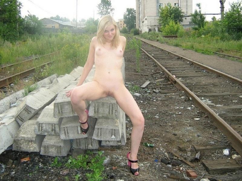 Худые проводницы развлекаются голышом на  железнодорожном полотне