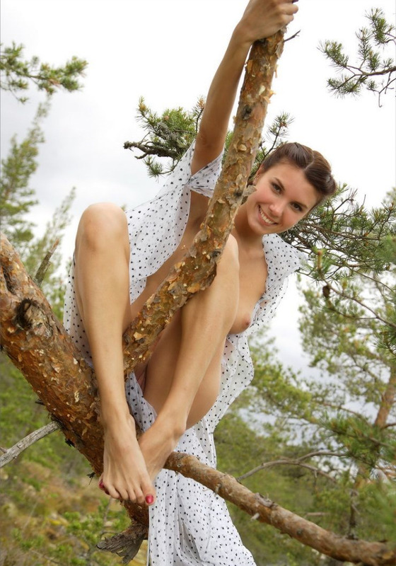 Оголенная студентка позирует в сосновом лесу