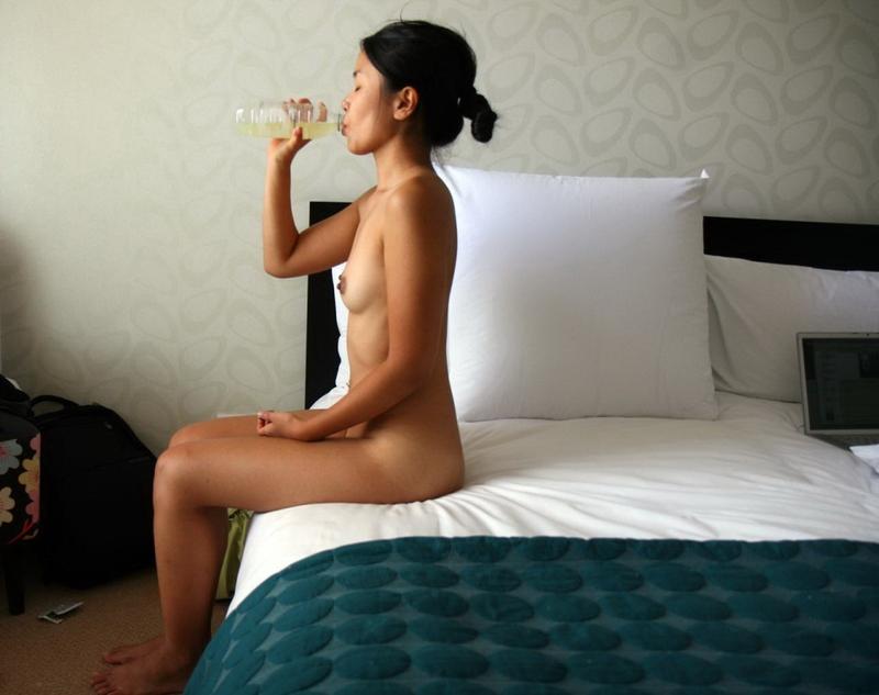 Азиатская миледи показывает грудь и пятую точку