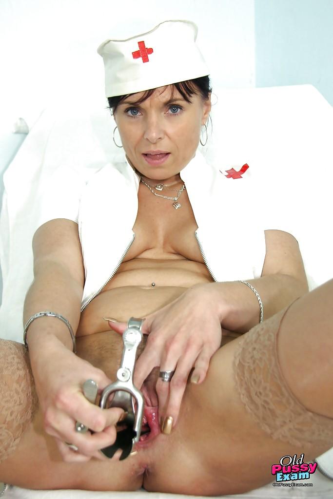 Развратная медсестра играет с подручными предметами
