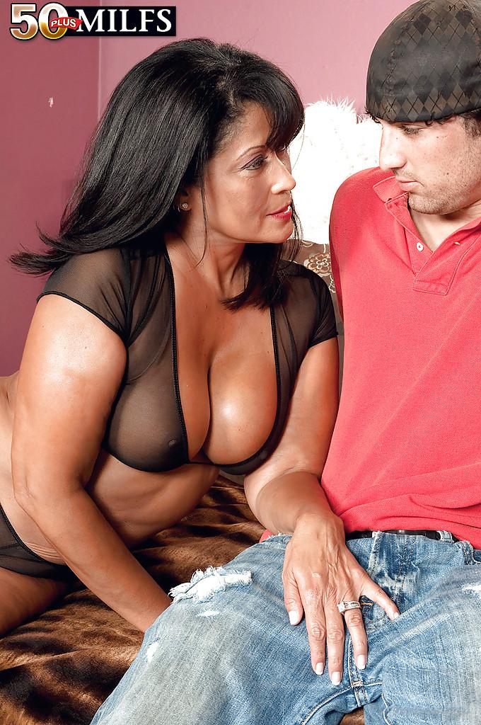 Опытная Lani Maru отсосала толстый член партнера перед сексом