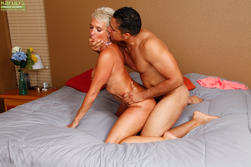 Сексуальная Lexy Cougar трахается с подкачаным парнем на кровати
