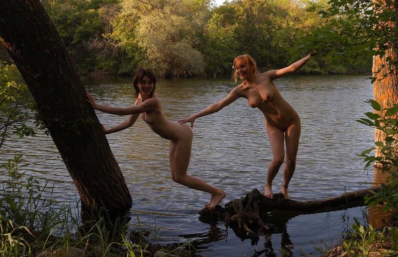Оголенные любовницы красуются собой на озере