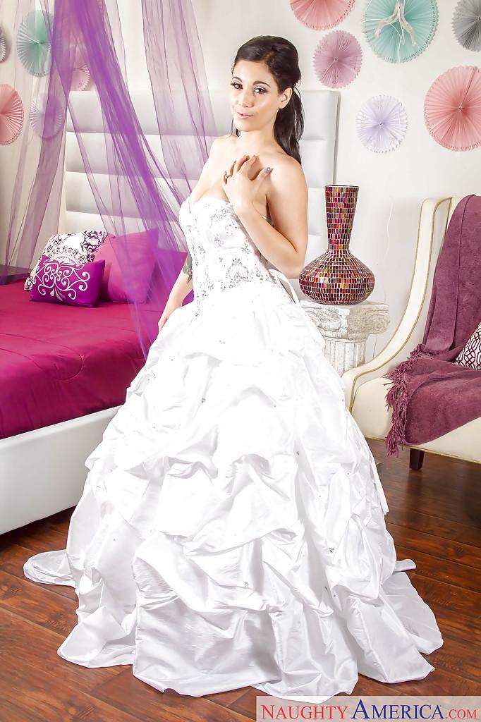 Noelle Easton примерила красивое свадебное платье