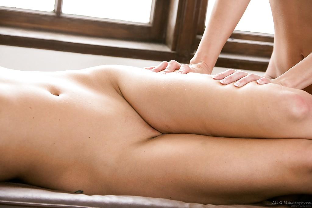 Aaliyah Love и Cherie DeVille делают друг другу эротический массаж
