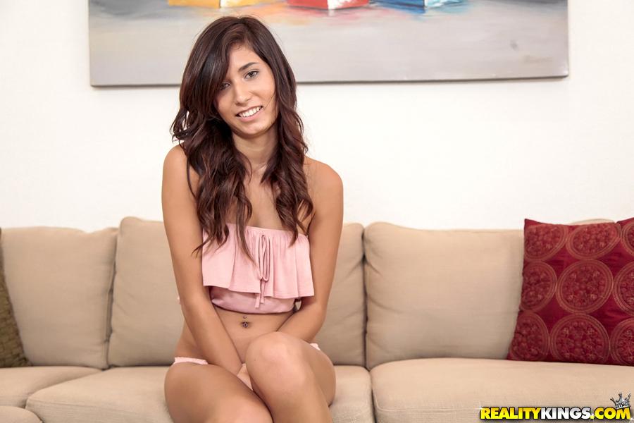 Kimberly Costa разделась на фоне диване