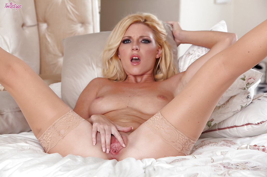 Niki Young на кровати ласкает себя стеклянным фаллосом