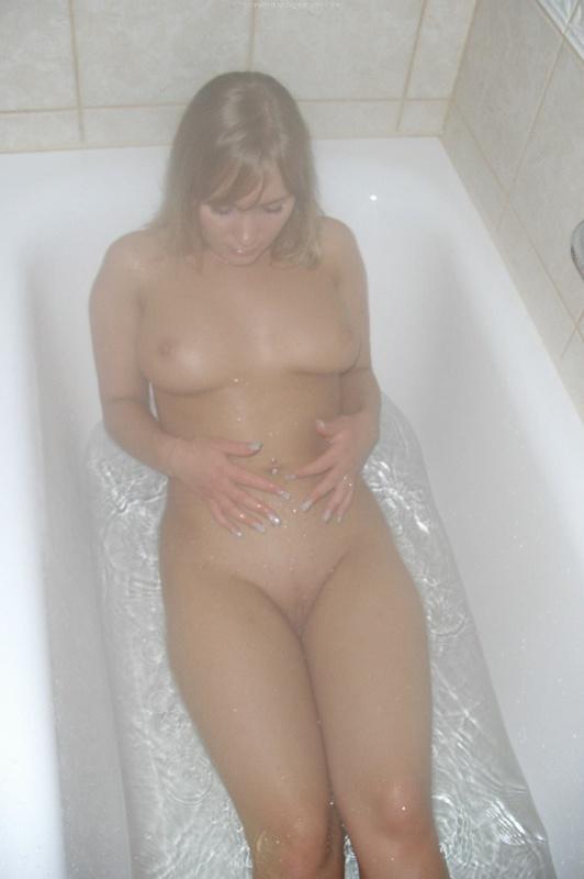 Пьяные любовницы плещутся в ванной и расставляют ноги