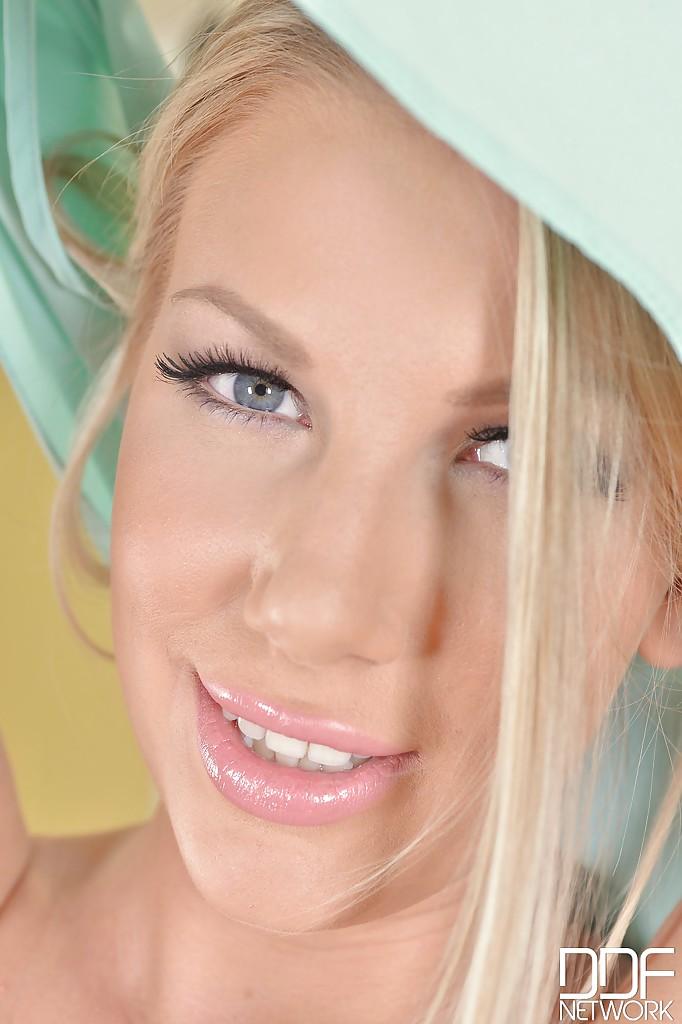 Горячая блондинка Danielle сняла с себя желтое белье