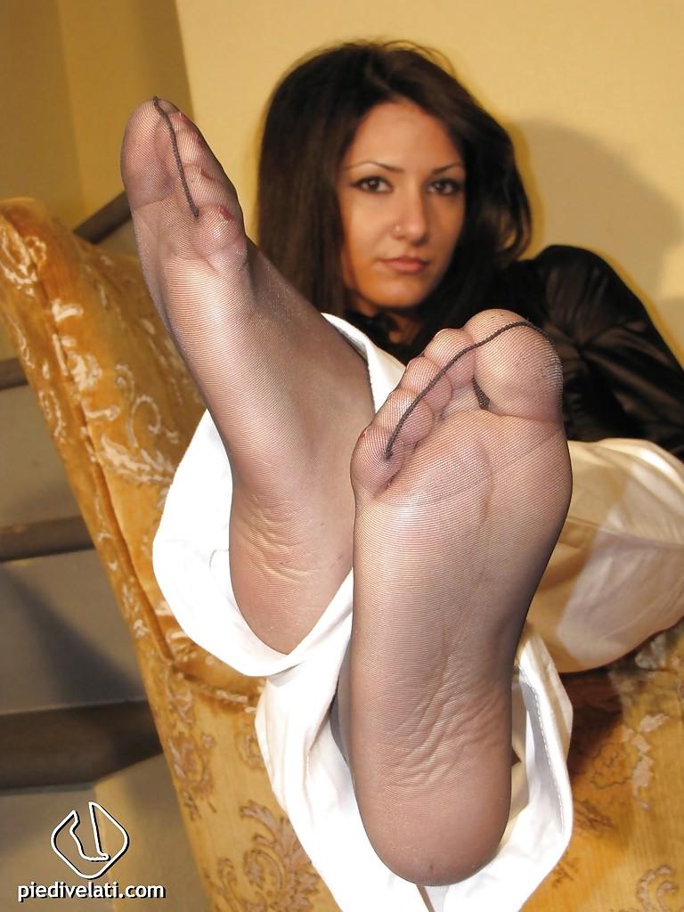 Imma пытается возбудить оператора своими ногами