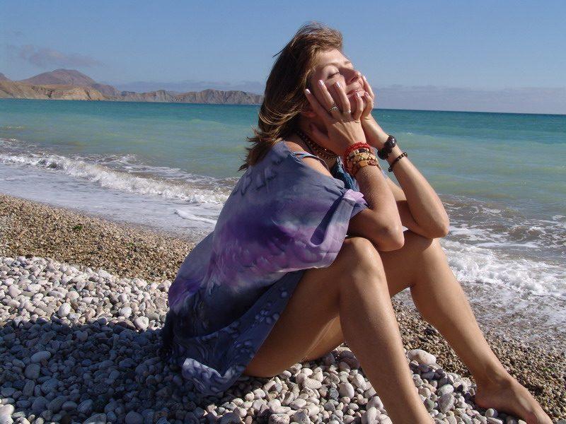 Эффектная чика проветрила волосатую промежность на пляже
