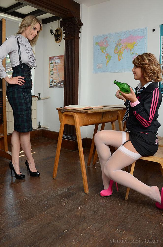 Headmistress Mackenzie выпивает с ученицей Lizzie Gibson