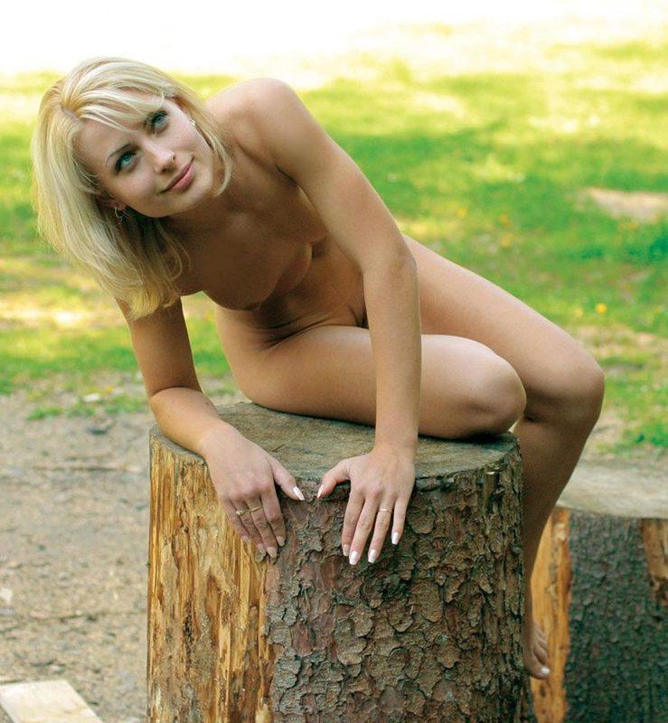 Голая блонда прогуливается по парку