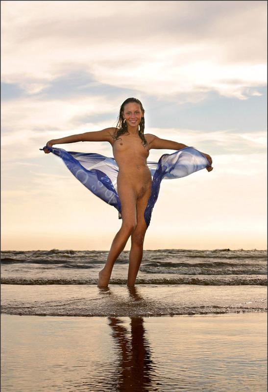 Голая студентка расслабляется на пляже