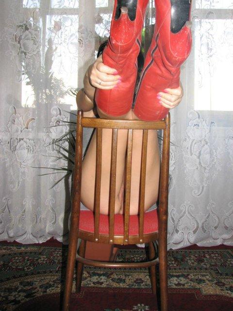 Брюнетка в красных сапожках показала розовую писюху