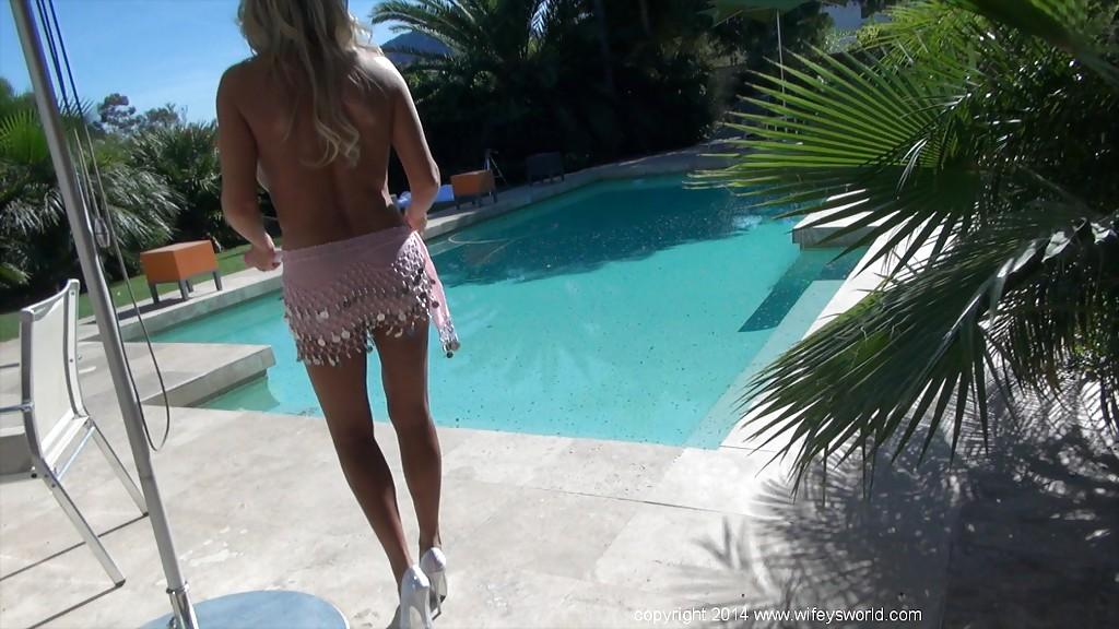 Sandra Otterson ходит по двору с голыми буферами